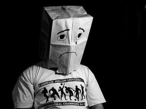 utanma duygusu kese kağıtlı utanan adam